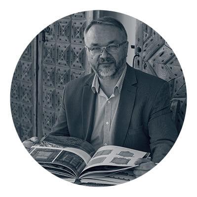 dr Artur Gaweł - dyplomowany kustosz, dyrektor Podlaskiego Muzeum Kultury Ludowej, posiadacz największych zbiorów zzakresu etnografii wwojewództwie podlaskim